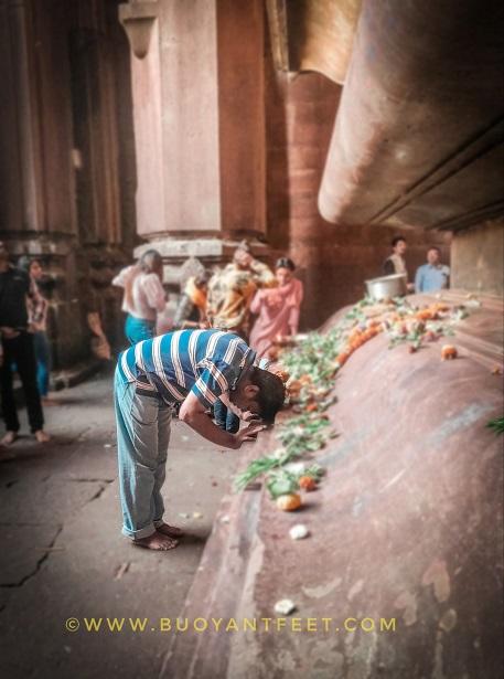 Worshipping the Lord Shiva Lingam at Bhojeshwar Temple